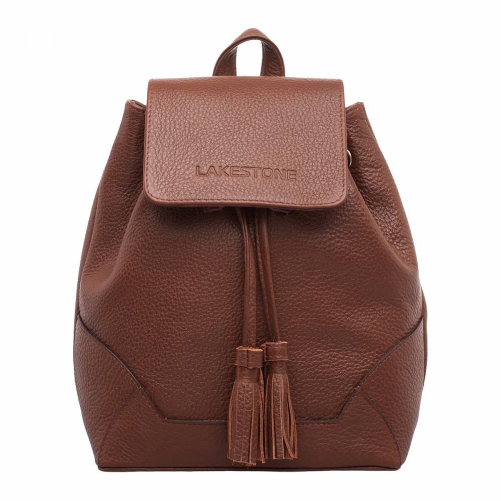 Небольшой женский рюкзак Clare Light Brown&amp;lt;p&amp;gt;Компактный и одновременно вместительный женский рюкзак из качественной натуральной кожи светло-коричневого цвета. С таким аксессуаром можно сочетать практически любой образ, начиная от строгих юбок и блузок и заканчивая спортивным стилем. &amp;lt;/p&amp;gt;&amp;lt;p&amp;gt;Изделие довольно вместительное, чтобы в него можно было положить и ноутбук, и журналы, и личные вещи. Хотя основной отсек не имеет лишних перегородок, по его бокам удобно расположились карманы открытого и закрытого типа. &amp;lt;/p&amp;gt;&amp;lt;p&amp;gt;Изделие надежно фиксируется на кожаный шнурок, обрамленный на концах стильными кисточками. Дополнительно внутреннее отделение закрывается на кожаный магнитный клапан. Поэтому переживать по поводу сохранности вещей не стоит.&amp;amp;nbsp;&amp;lt;/p&amp;gt;<br>