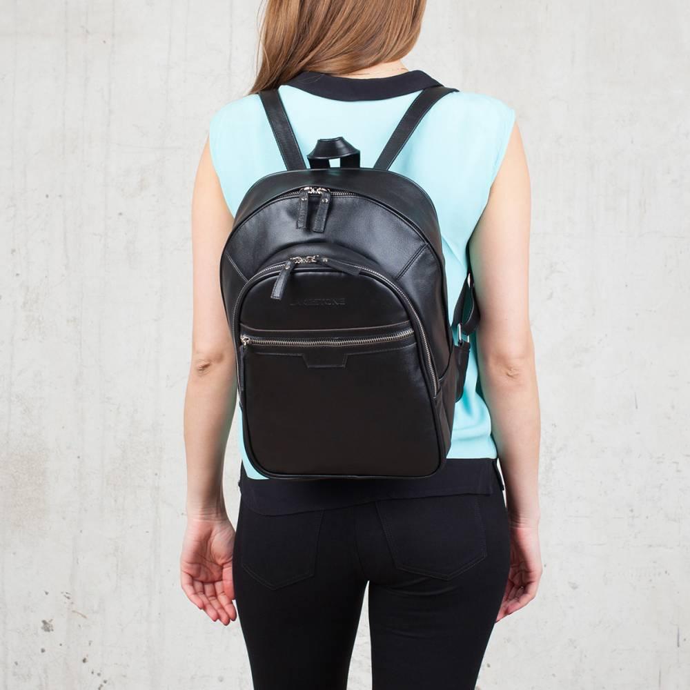 Кожаный рюкзак женский на девушке