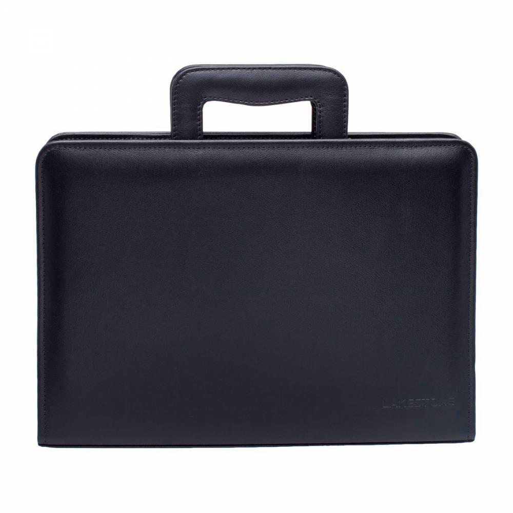 Папка Elton BlackПапка для документов должна быть&#13; у каждого делового мужчины. Представленная модель&#13; способна полноценно заменить деловую сумку, не утратив при этом первоначального&#13; предназначения. Отличительной чертой аксессуара&#13; является наличие ручек, которые позволяют с комфортом переносить изделие даже&#13; на длительные расстояния. Папка полностью изготовлена из натуральной кожи, а&#13; ручная сборка позволила сконструировать изделие таким образом, что его&#13; внутреннее пространство максимально эргономично.<br>