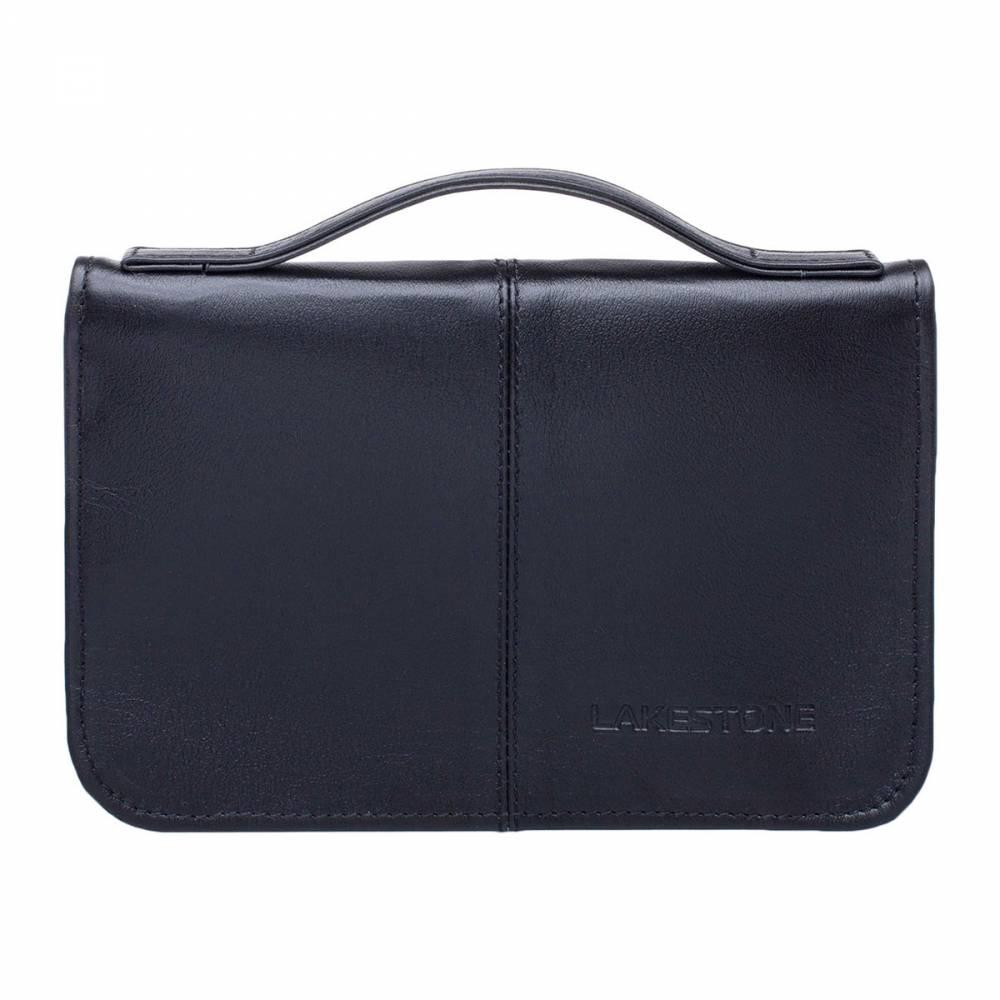Клатч Normanton BlackСолидный мужской клатч из качественной кожи, которая была&#13; тщательно обработана умелыми руками мастеров кожевенного дела. Клатч очень&#13; удобен в транспортировке, так как оснащен широкой кожаной ручкой, что делает&#13; его отличной альтернативой небольшой деловой сумке. Клатч открывается на 180 градусов, в нем есть отсек для&#13; хранения бумаг формата А5. Также имеется множество секций под визитки и&#13; пластиковые карты, место для смартфона и документов. Хлястик для&#13; транспортировки клатча на запястье выдвижной и его можно убирать, когда в нем&#13; нет необходимости.<br>