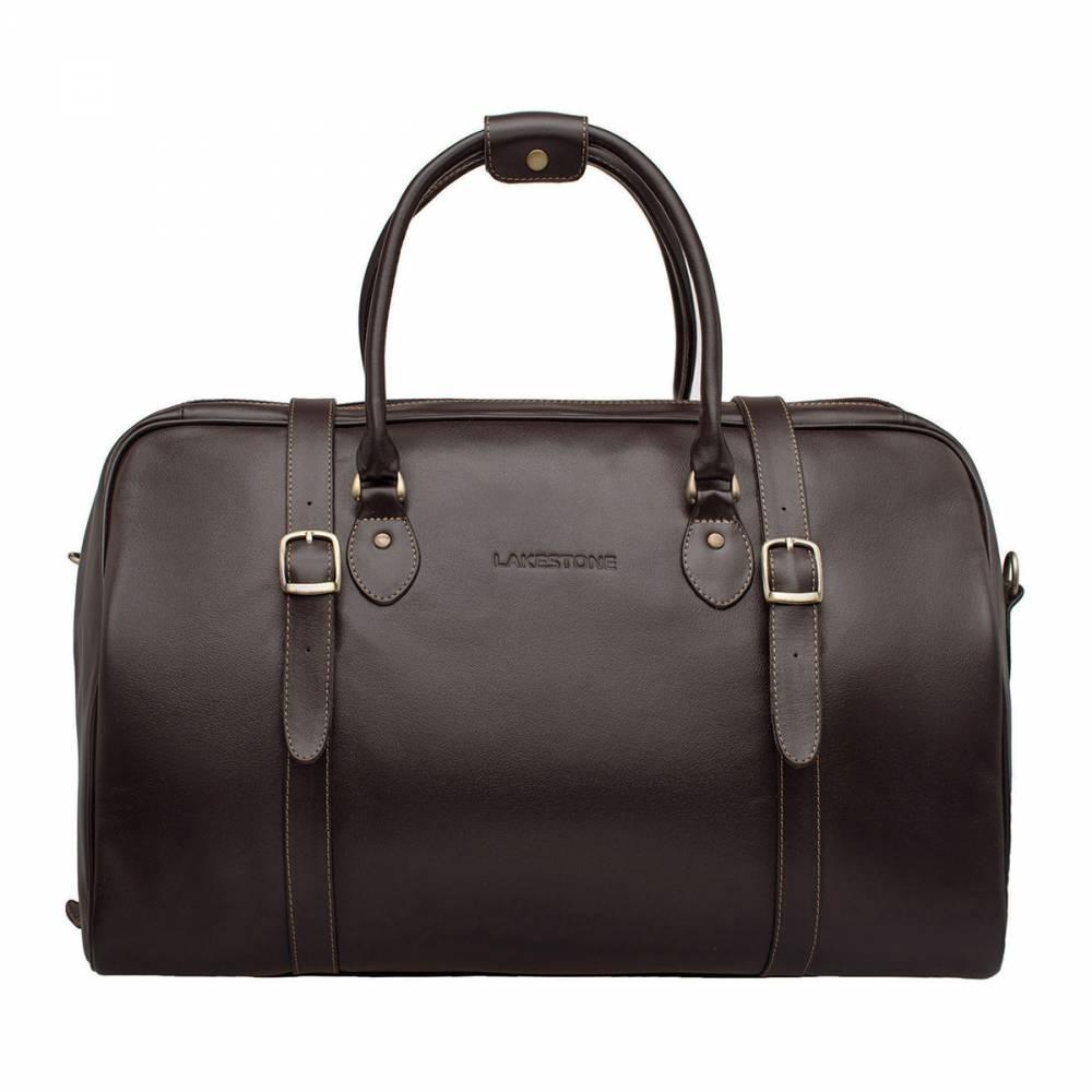 Дорожная сумка Sandford BrownСумка, которая сопровождает мужчину в дороге, должна быть не&#13; только вместительной, но и надежной. Представленная модель кроме вышеперечисленных&#13; качеств отличается еще и привлекательным дизайном. Сумка выполнена из натуральной кожи высшей пробы, поэтому&#13; она прослужит на протяжении многих лет и не утратит своего привлекательного&#13; внешнего вида. Внутреннее отделение просторное, есть место для габаритных&#13; вещей, имеются карманы для ежедневника, смартфона и наличных средств. Ручки&#13; удобные, в комплекте идет кожаный ремень. Достаточно одного, даже мимолетного&#13; взгляда на сумку, чтобы понять, что она достойна стать спутником только&#13; солидного делового мужчины, который часто бывает в разъездах.<br>